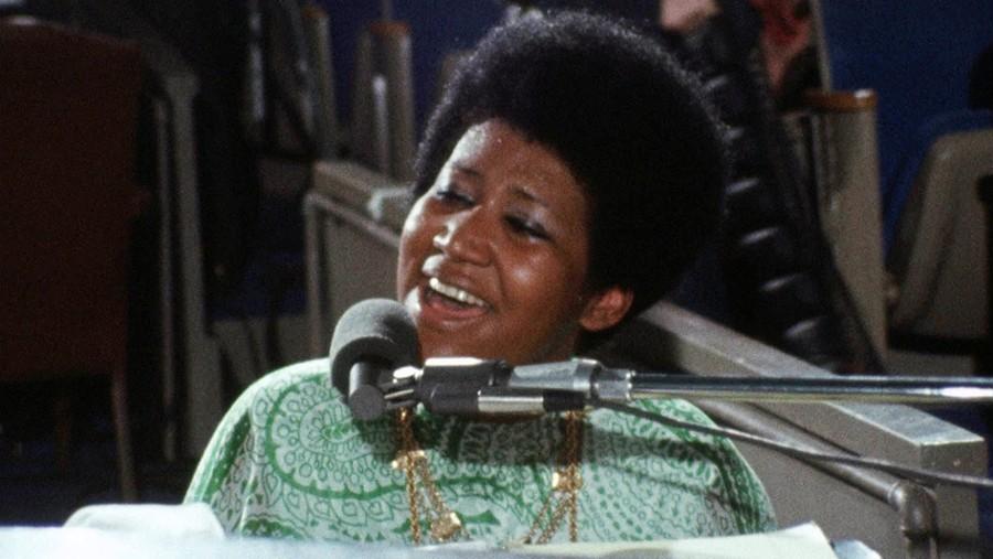 ciemnoskóra kobieta śpiewająca do mikrofonu
