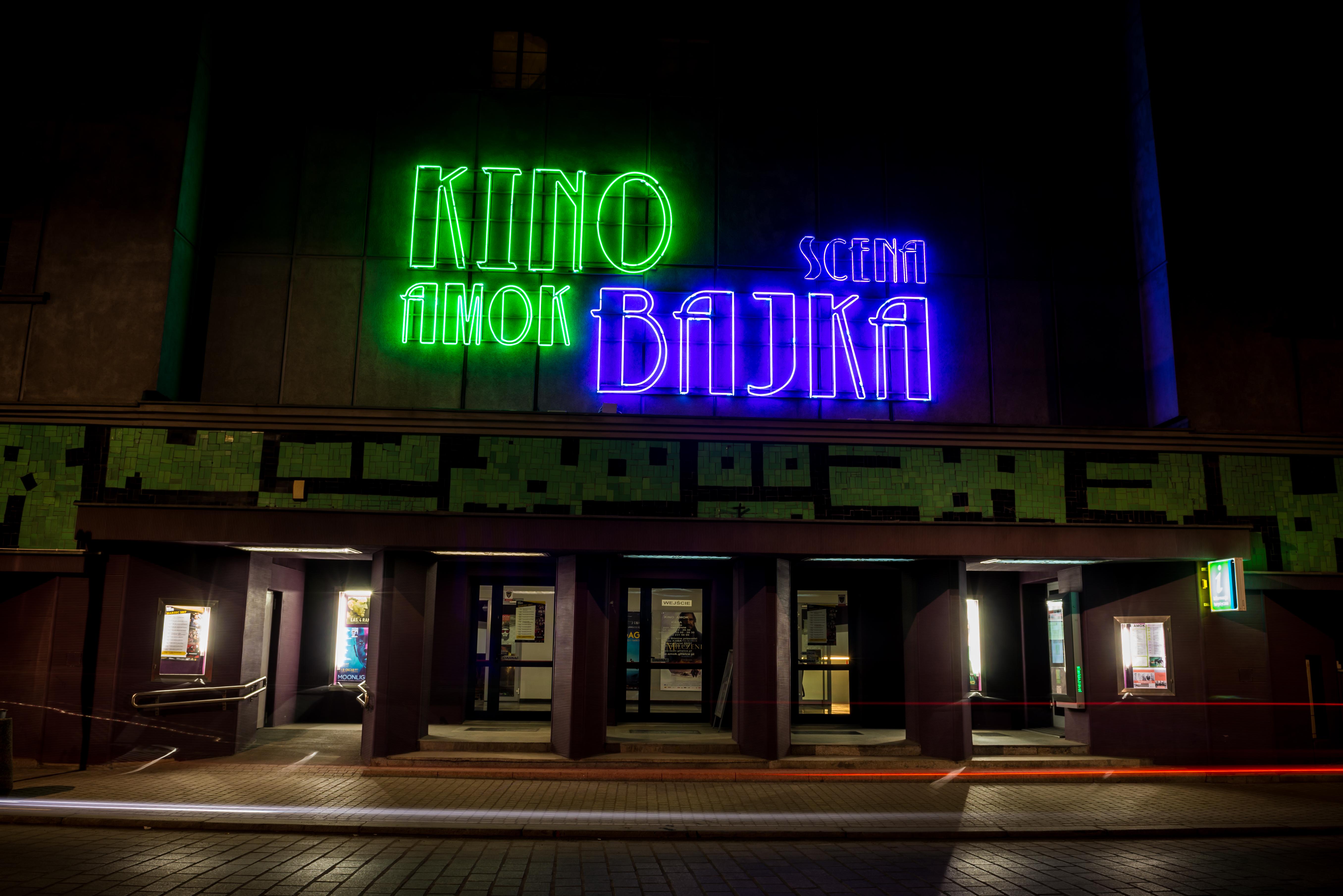 Scena Bajka – Kino Amok w nocy, widok z ulicy