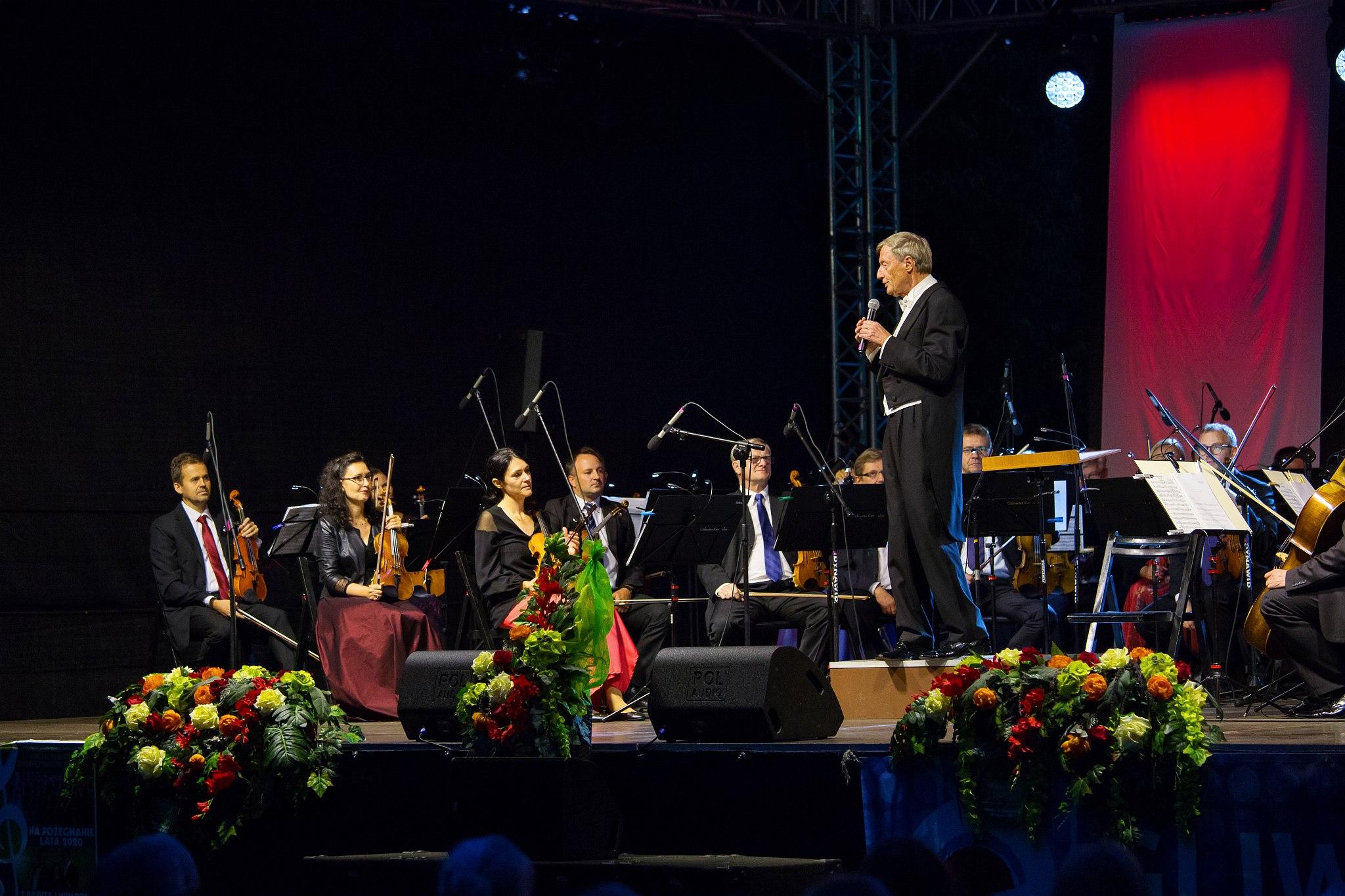 maestro z muzykami na scenie