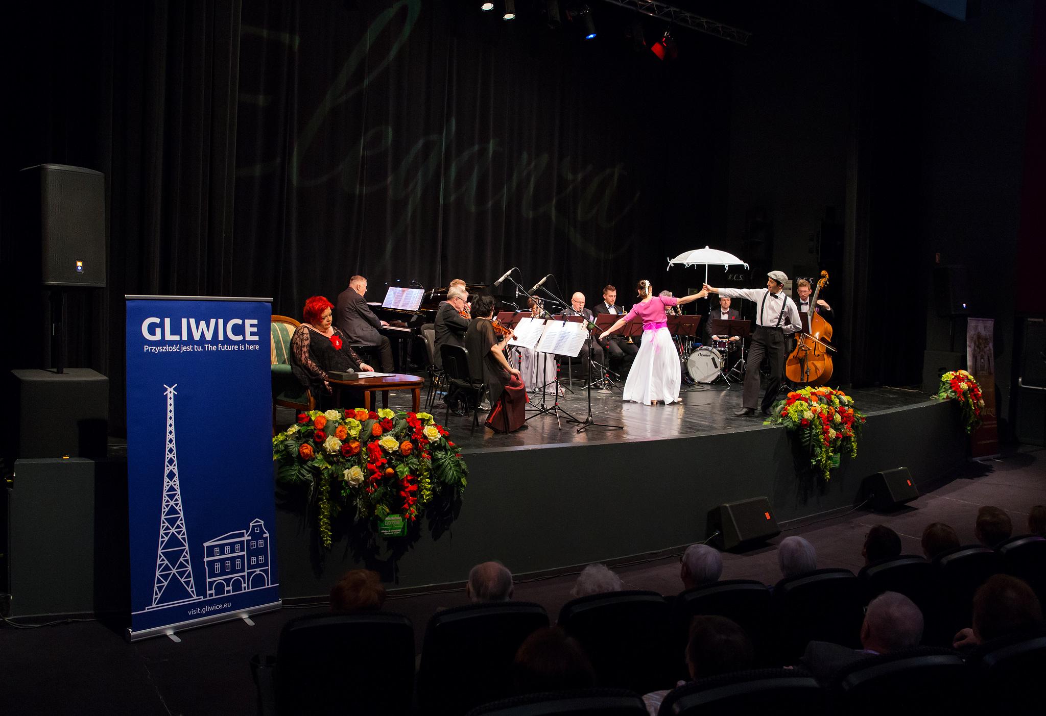 muzycy i tancerka na scenie