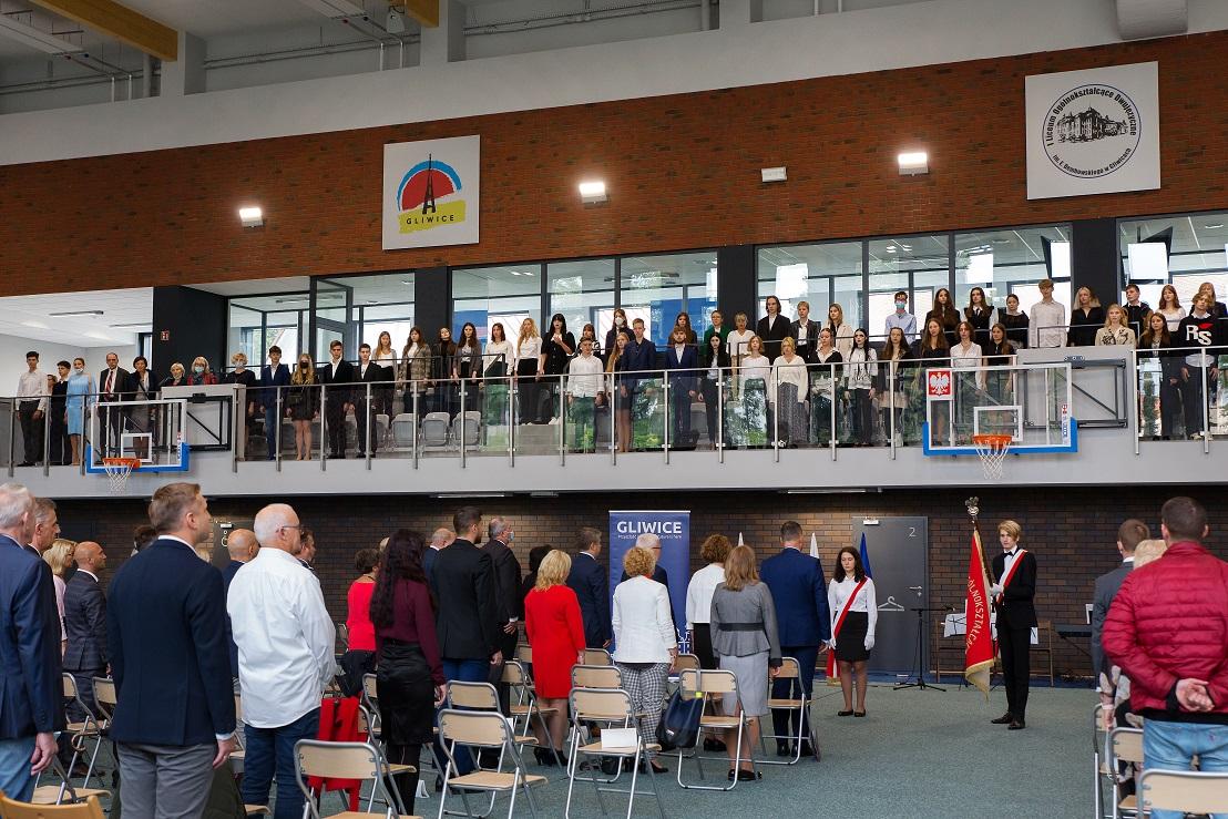 uczniowie i nauczyciele i przedstawiciele samorządu podczas inauguracji roku szkolnego