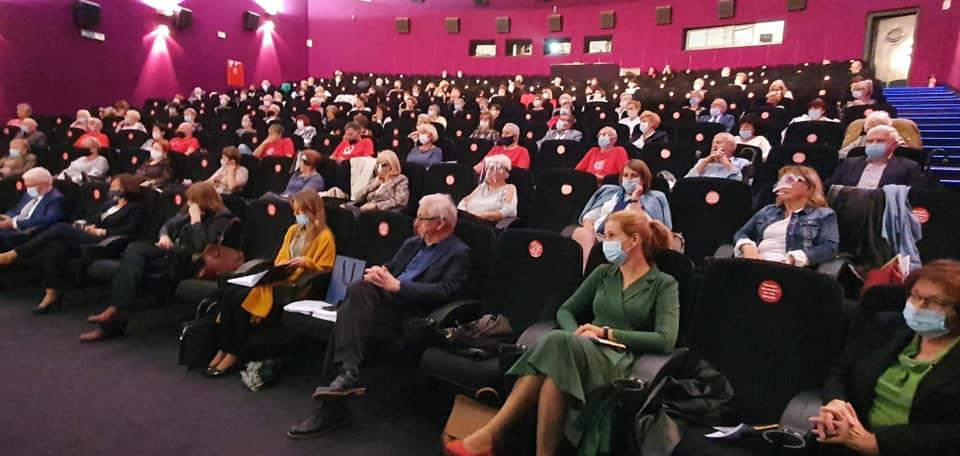 seniorzy studenci w kinie Amok