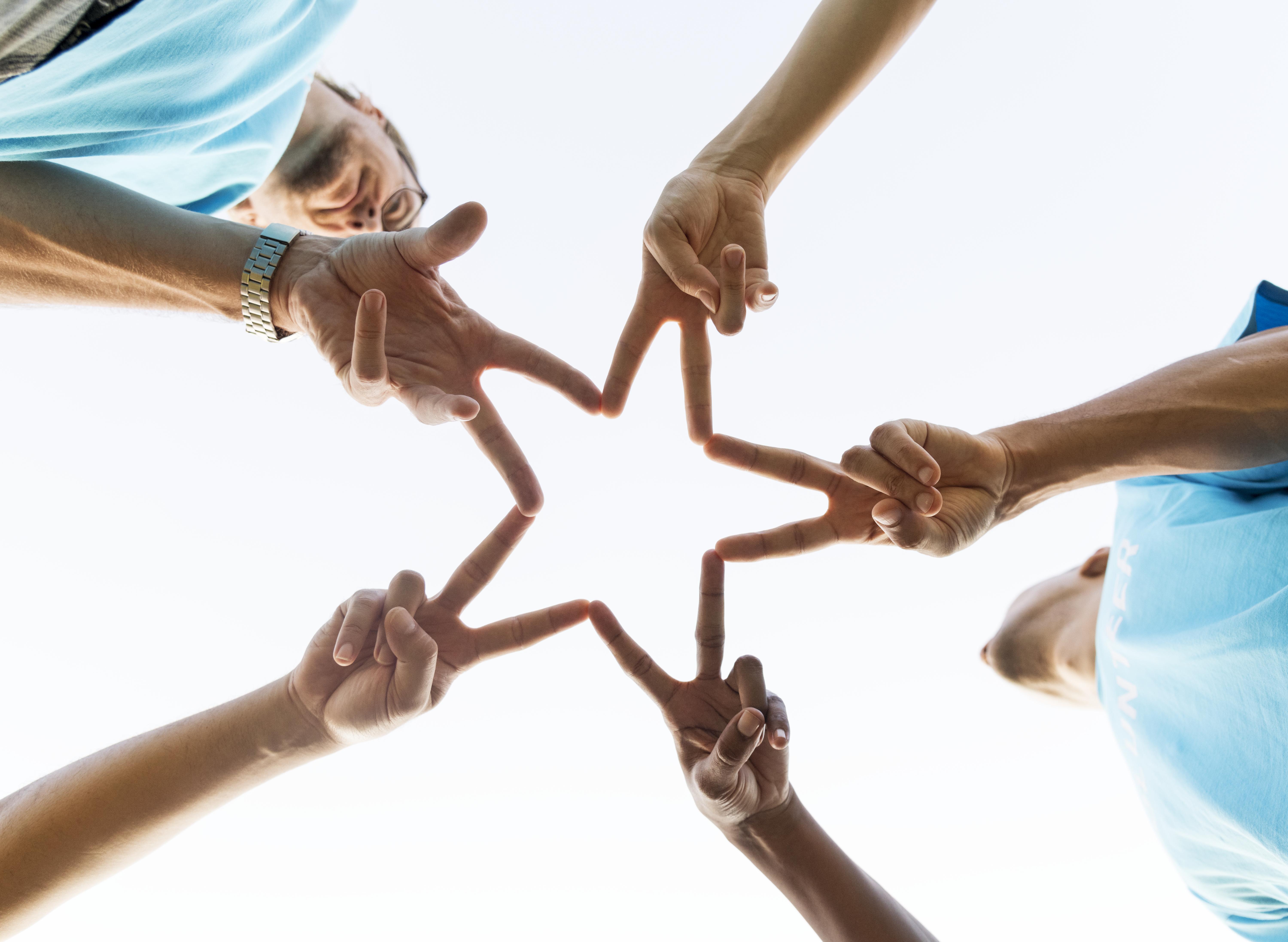 grupa szczesliwych i roznorodnych wolontariuszy