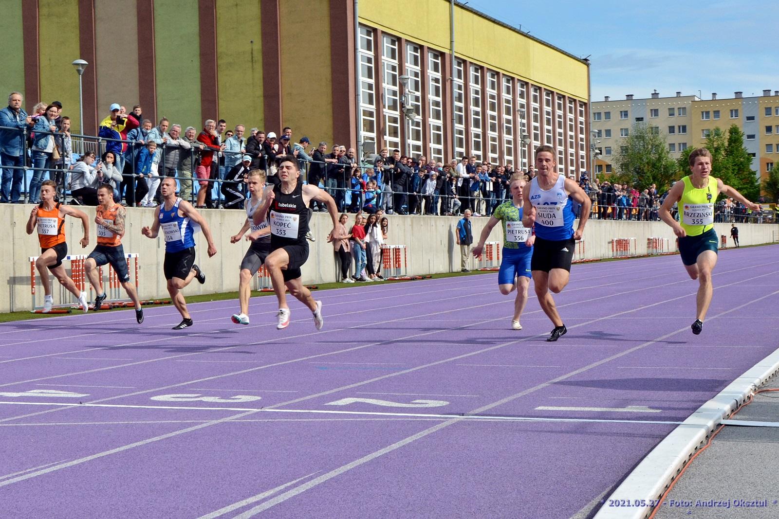 biegacze na fioletowej bieżni