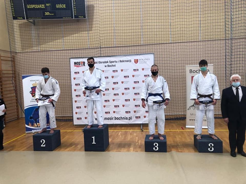 Młodzi judocy na podium zawodów