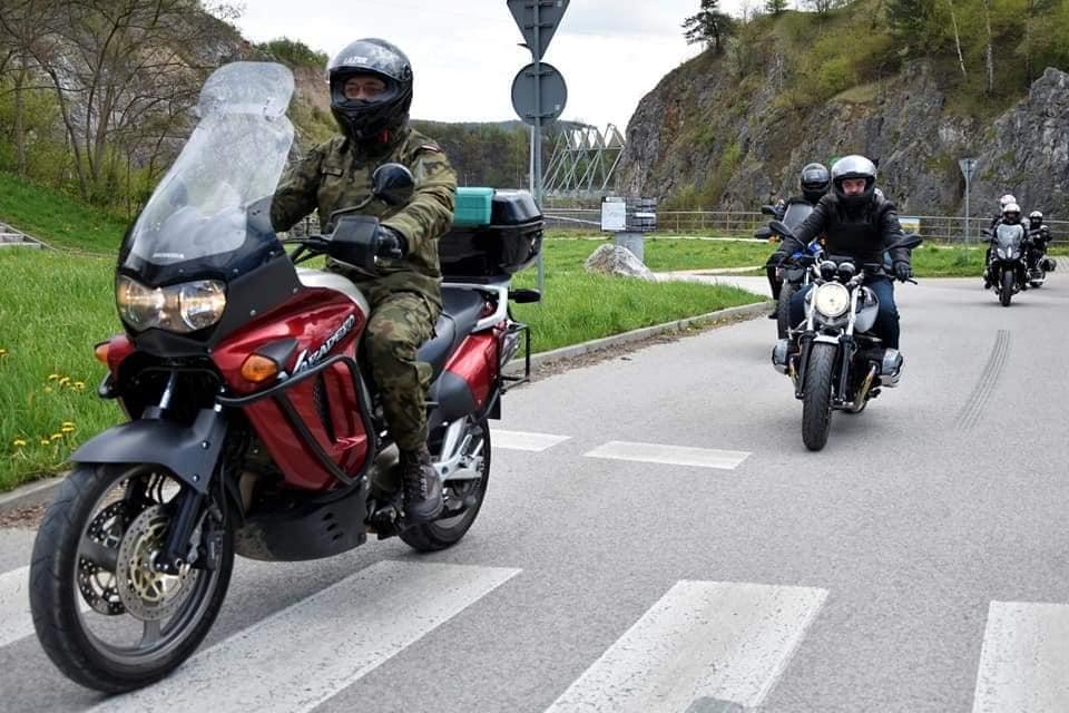Jeźdźcy na motorach na drodze