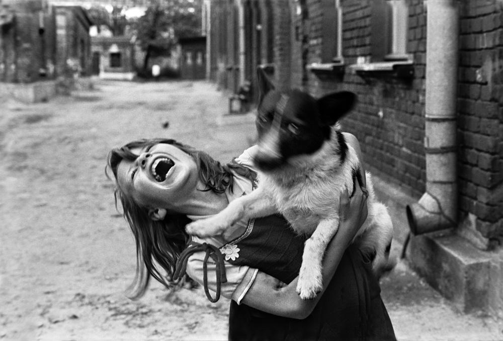 dziewczynka z psem na rękach