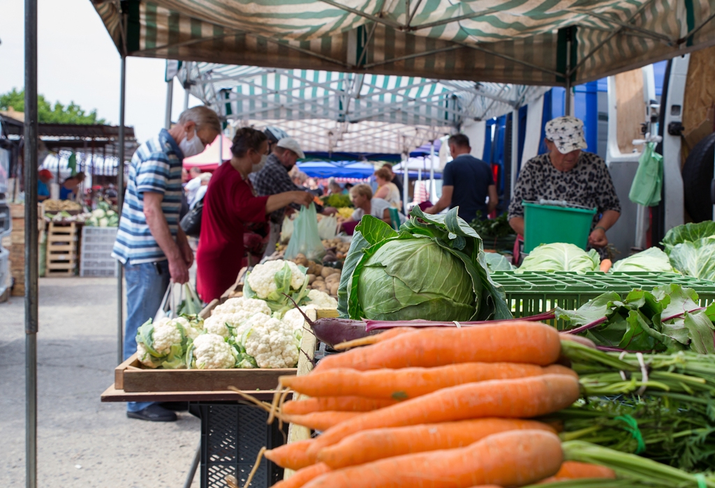 Zdjęcie straganu z warzywami