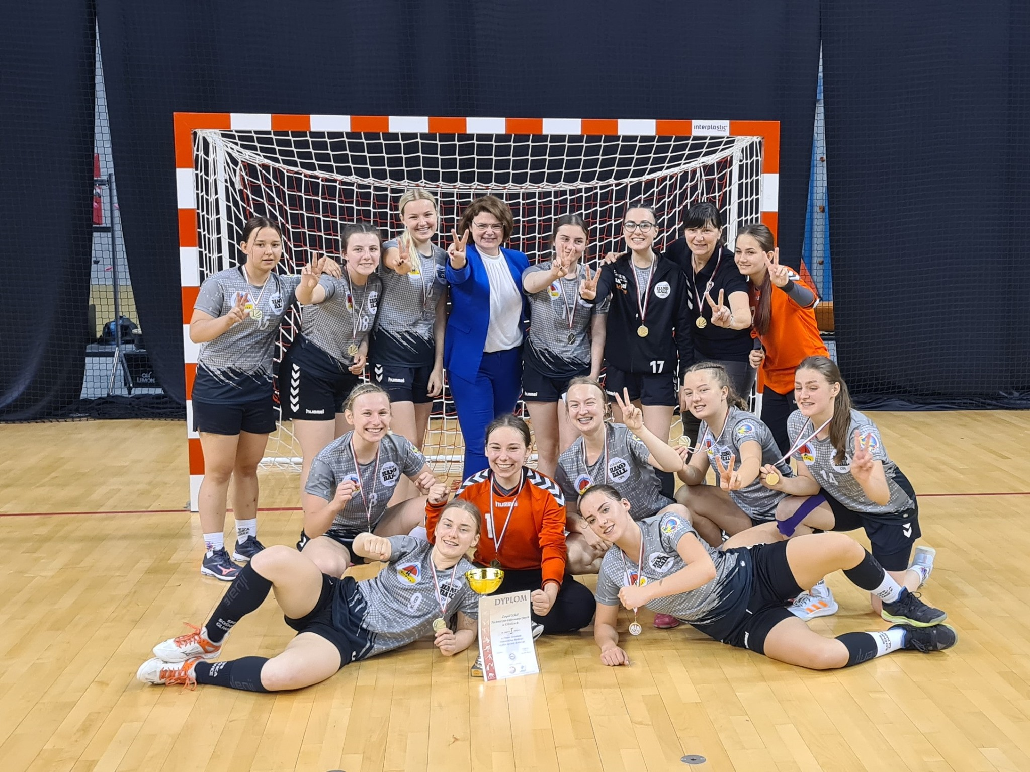 zwycięska drużyna z zastępcą prezydenta Gliwic Ewą Weber