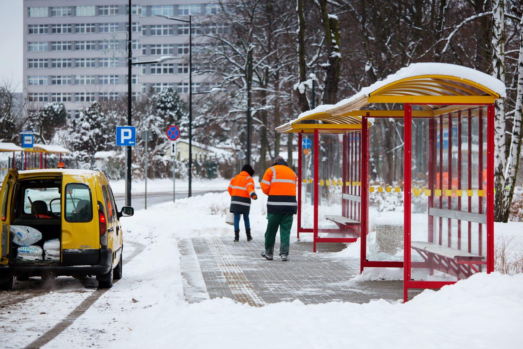 służby miejskie odśnieżają przystanek