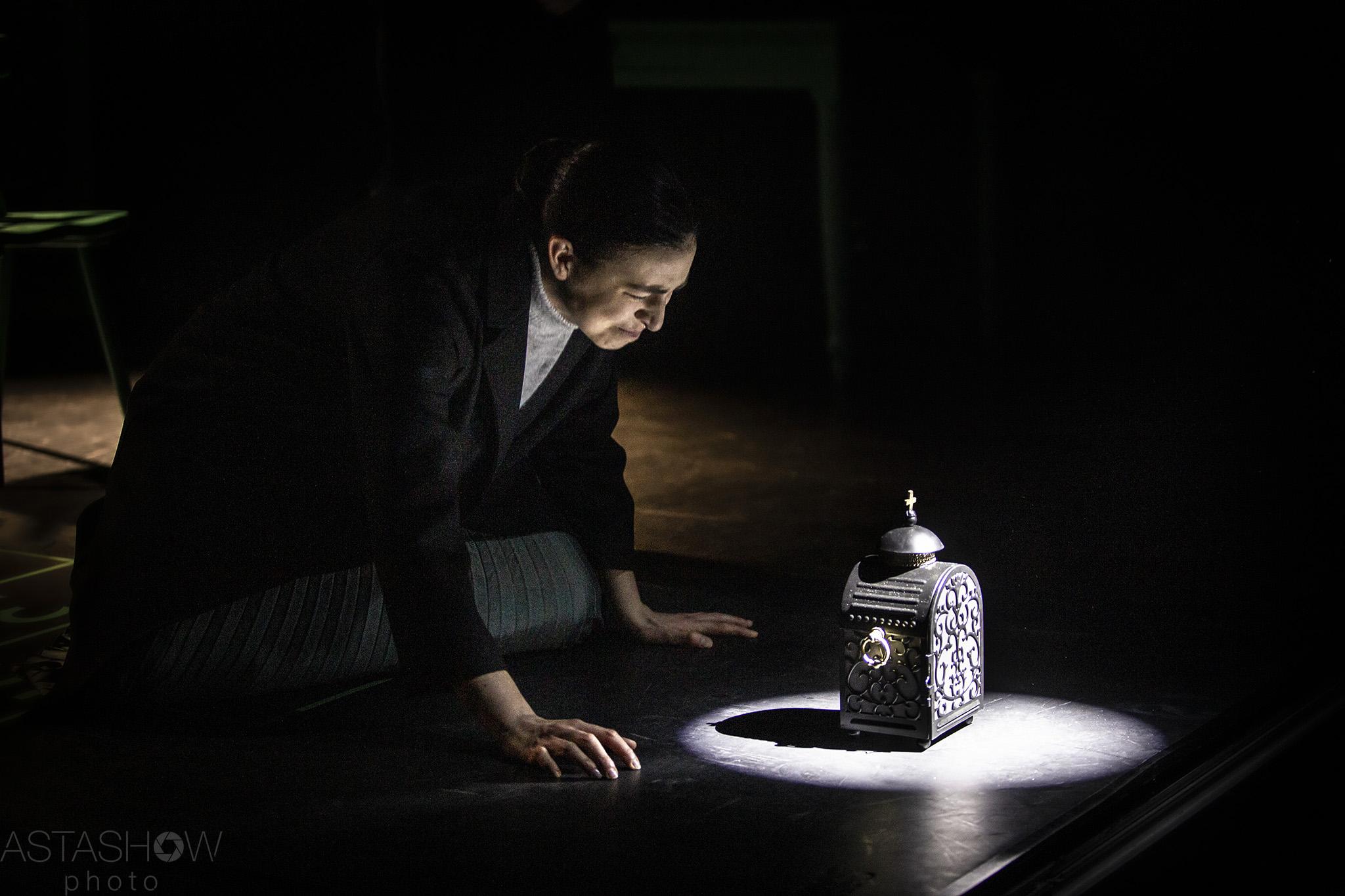 kobieta w ciemności na scenie