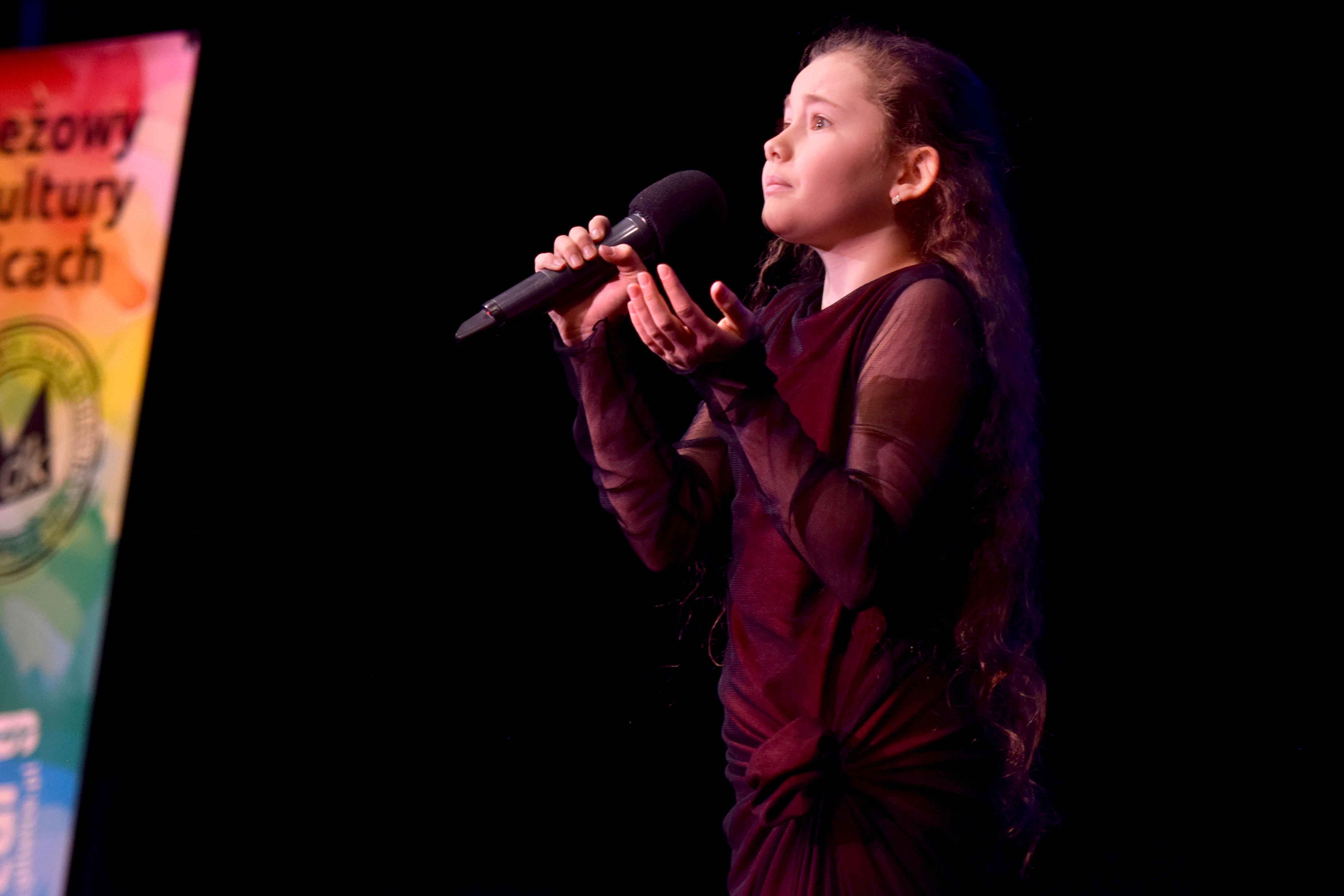 dziewczynka z mikrofonem