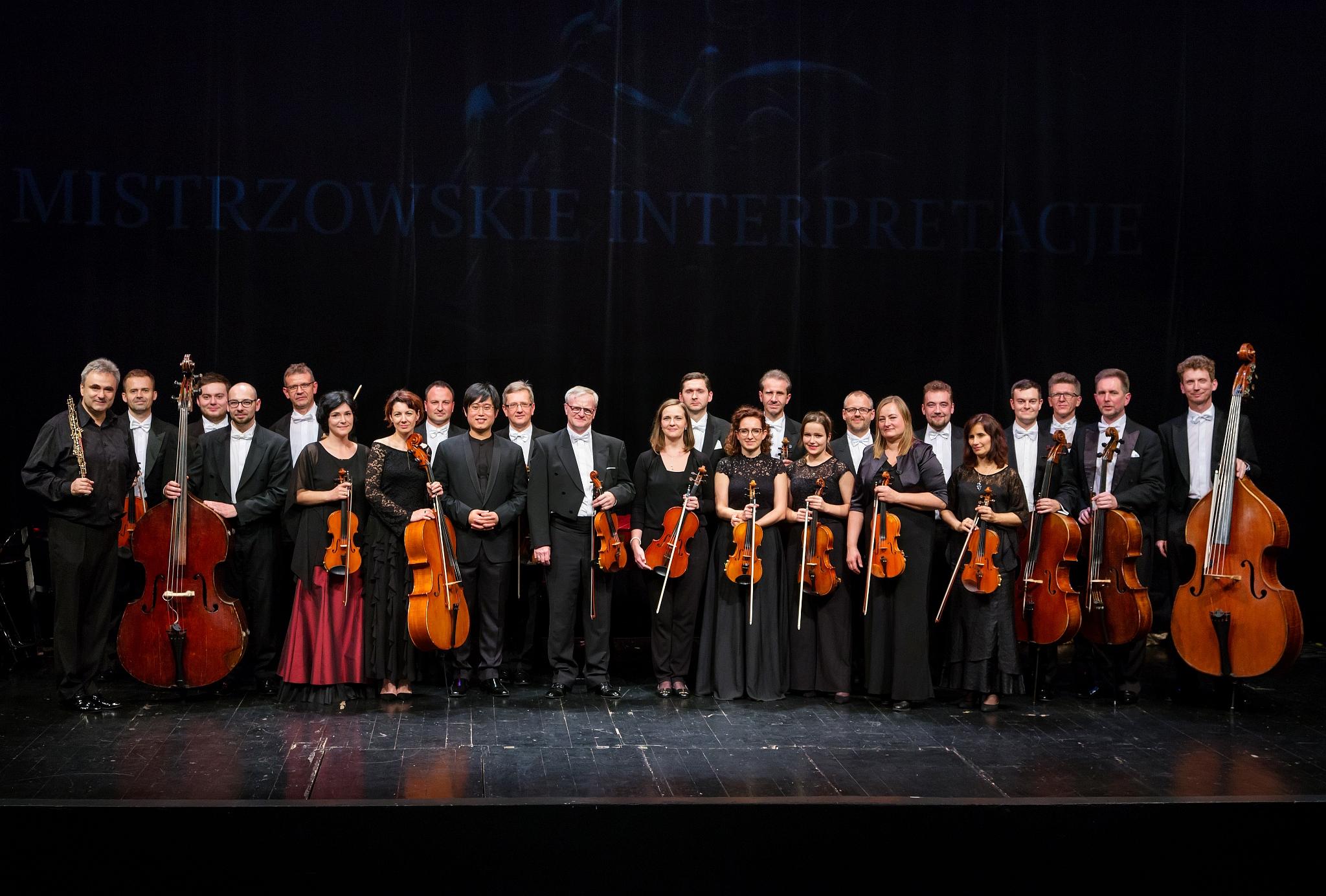 eleganccy muzycy orkiestrzy na scenie