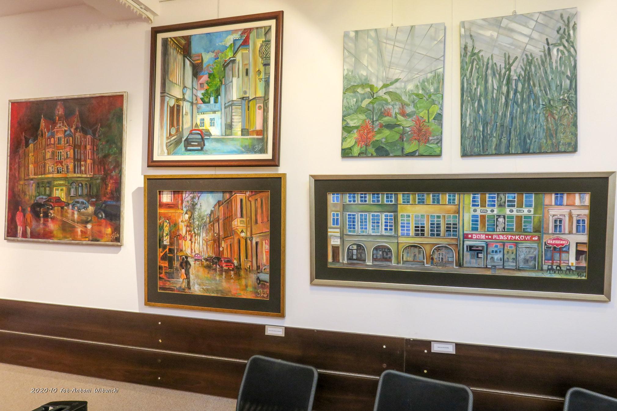 prace przytwierdzone do ściany w galerii
