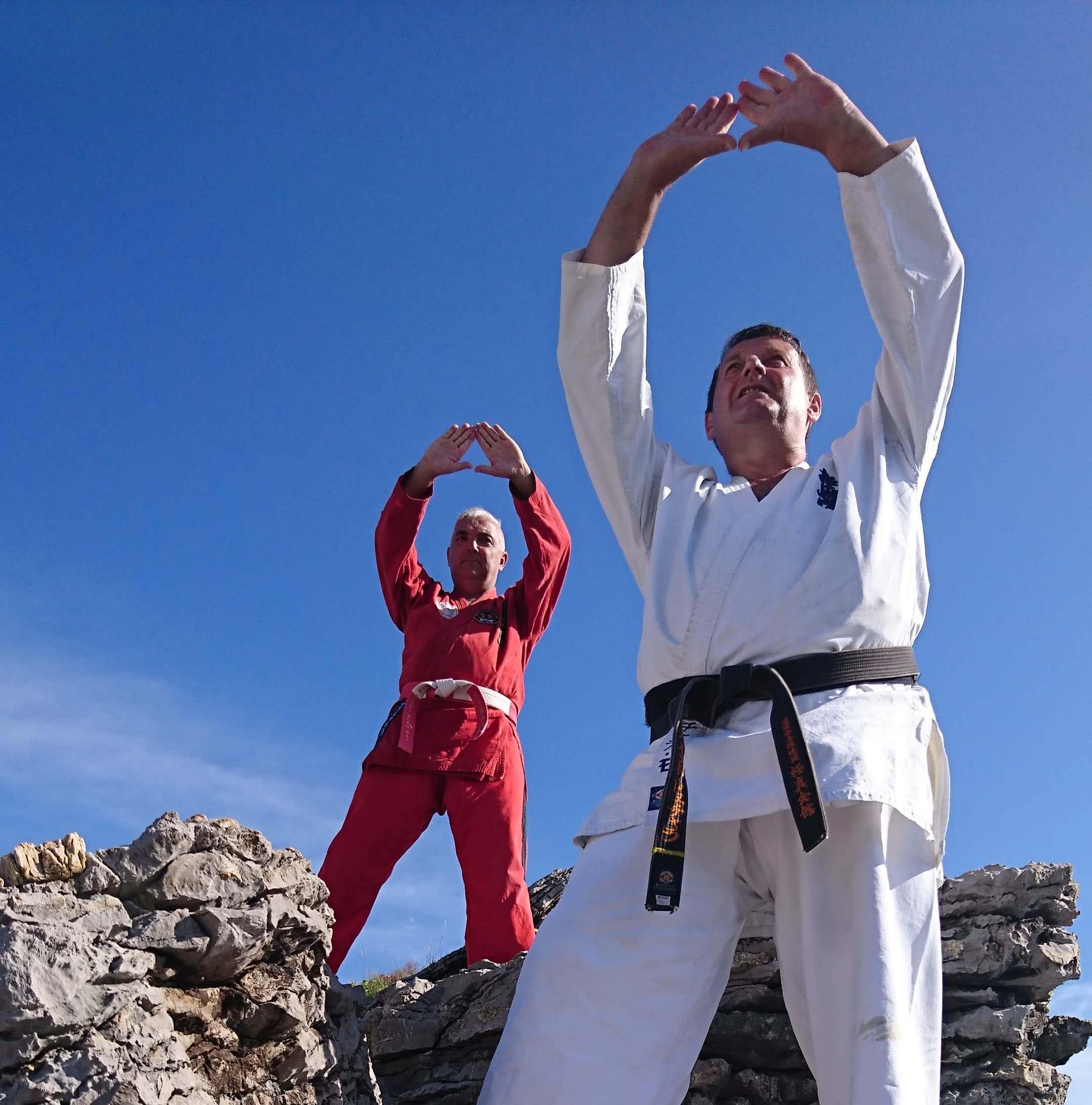 mężczyźni ćwiczący na skale