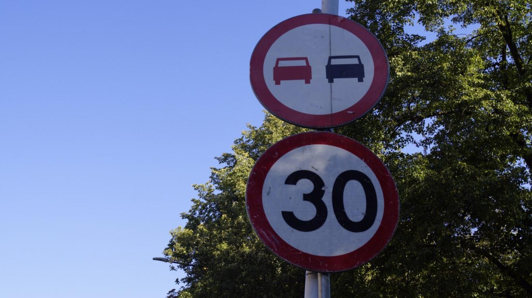 znak drogowy. Ograniczenie do 30 km/h