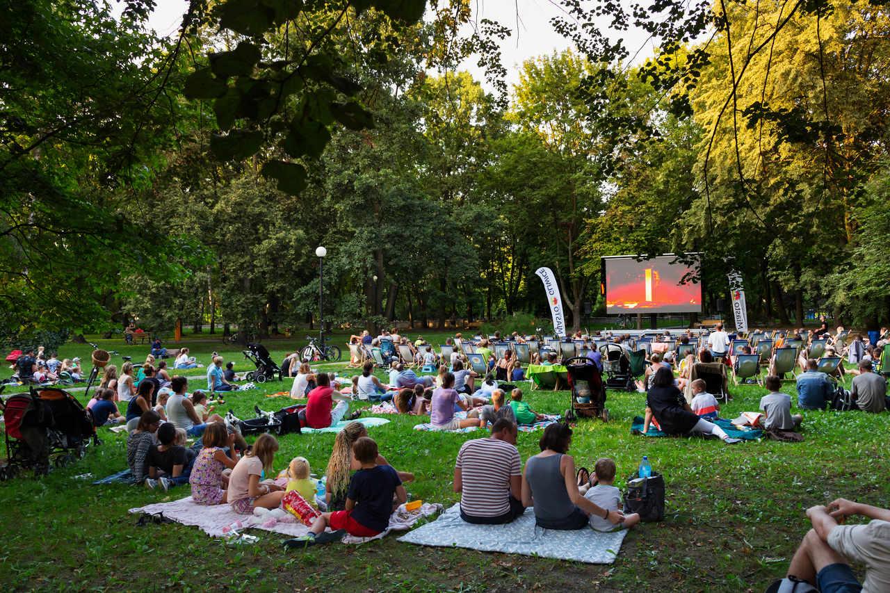 widzowie na trawie oglądają film na pl. Grunwaldzkim