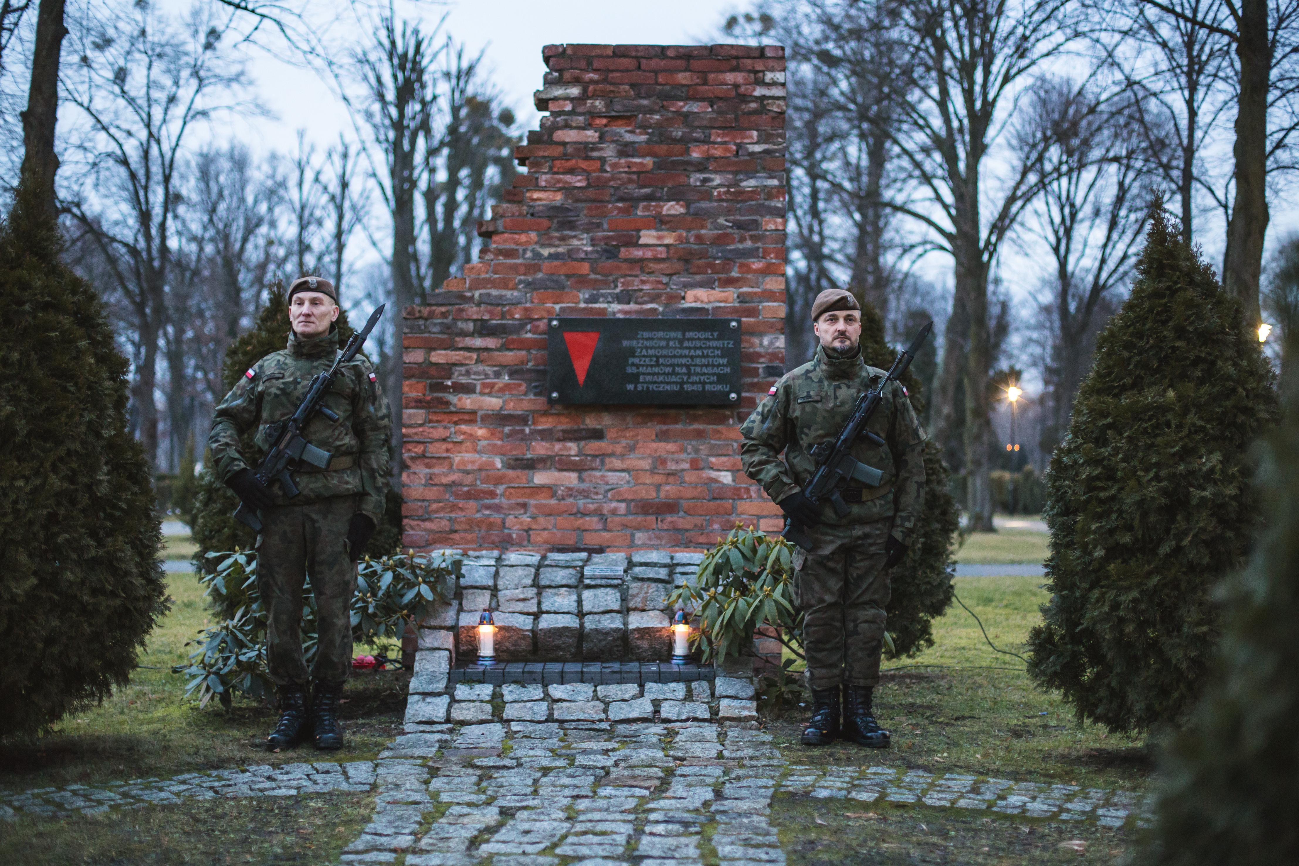 żołnierze przy mogile
