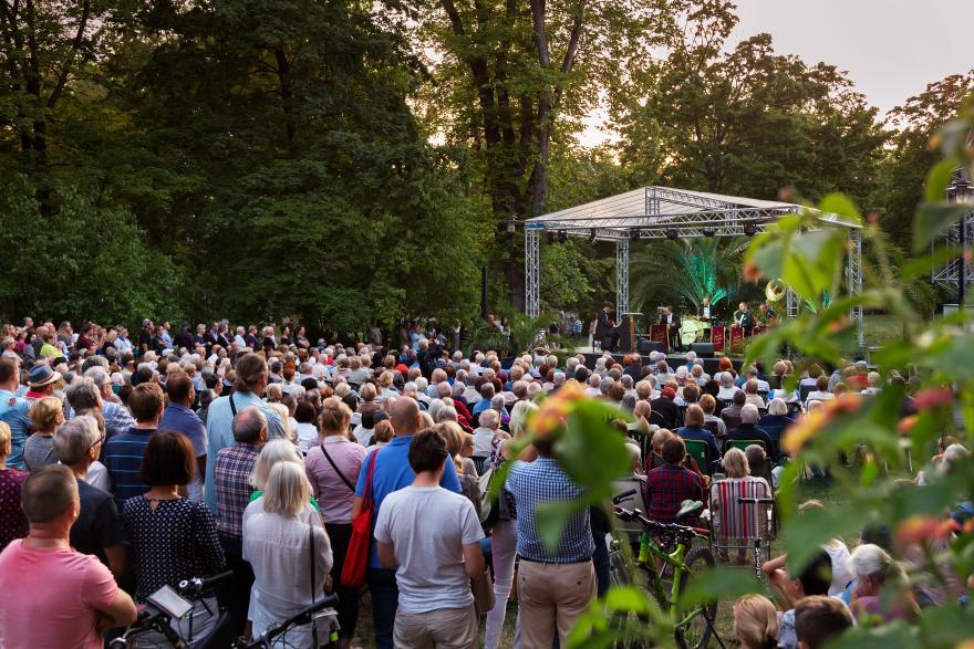 publiczność przed sceną w parku