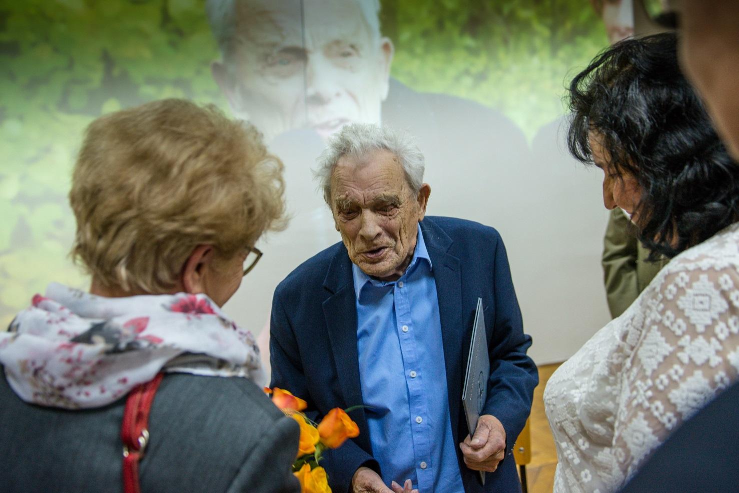 Aleksnder tarnawski przyjmuje kwiaty