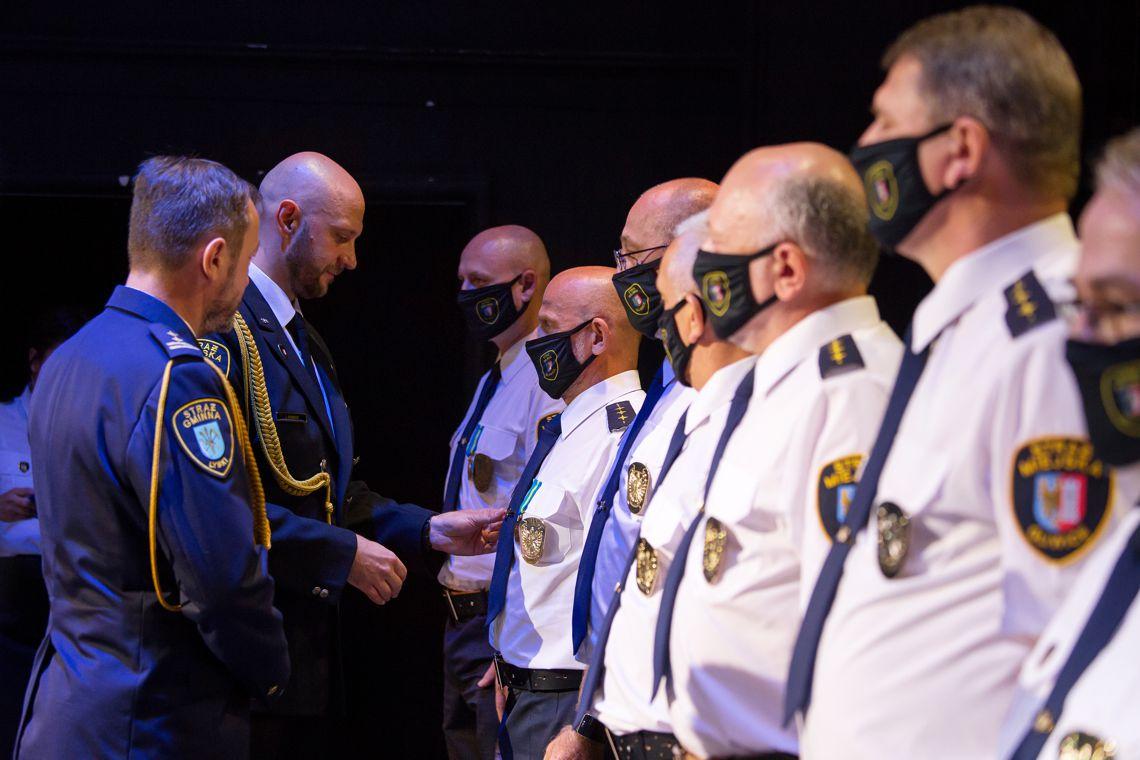 wręczenie medali strażnikom miejskim