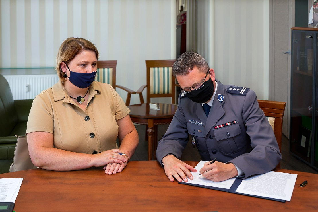 Aleksandra Wysocka i Marek Nowakowski podpisują akt notarialny