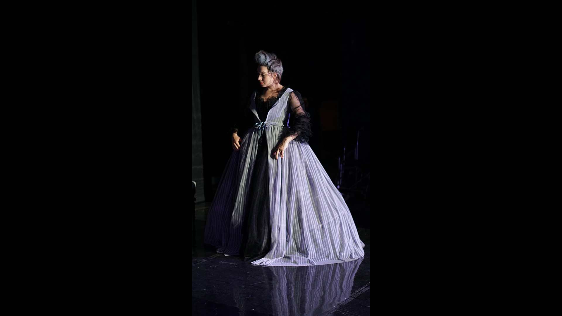 aktorka w sukni na scenie