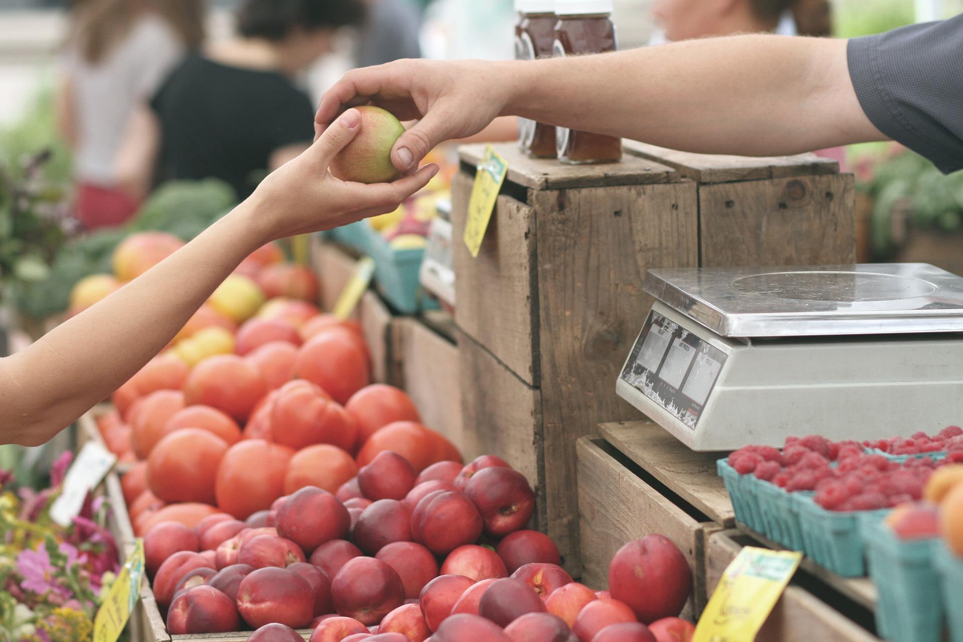 targ z warzywami i owocami