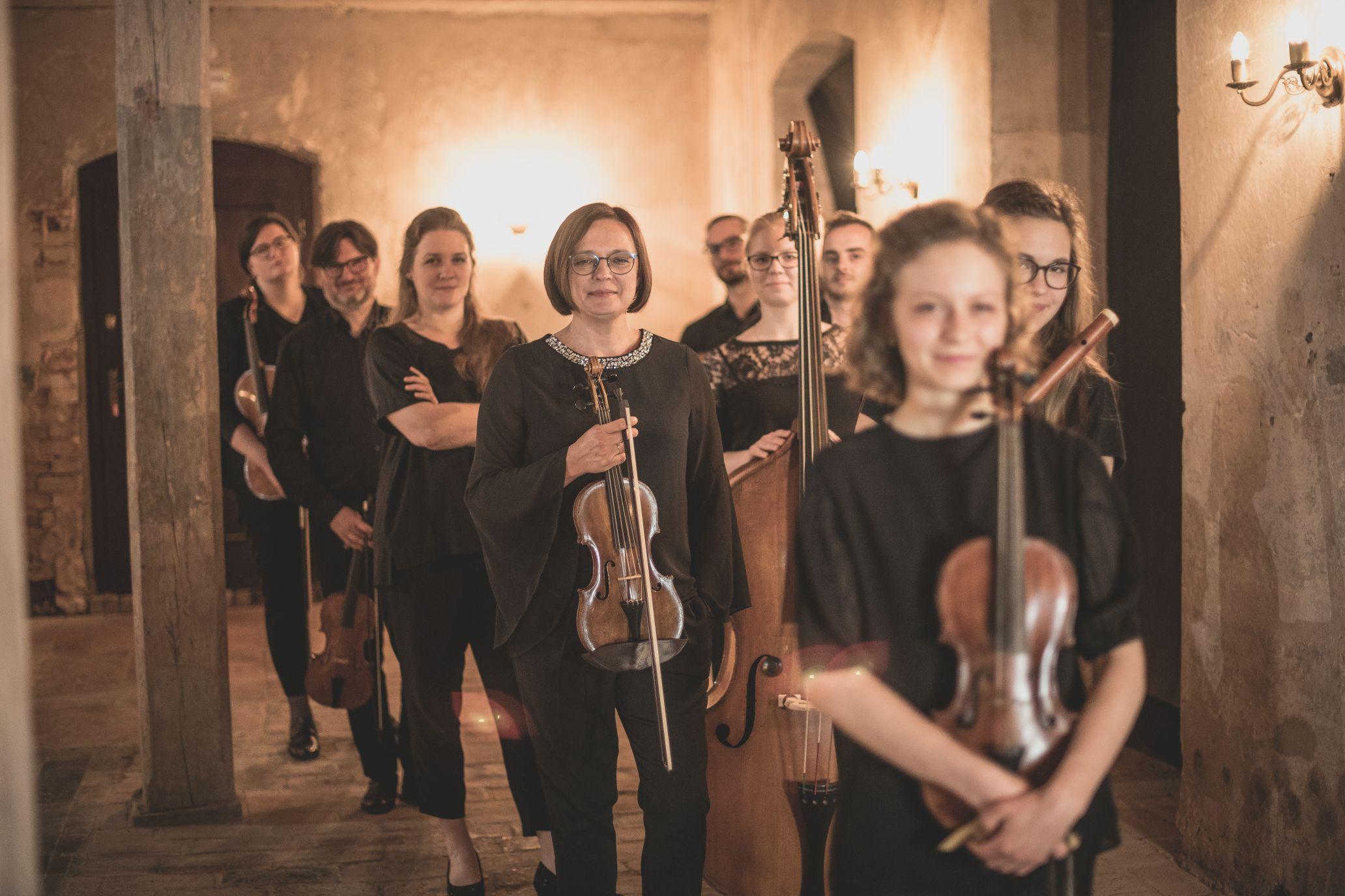 muzycy z instrumentami, pozowane zdjęcie promocyjne