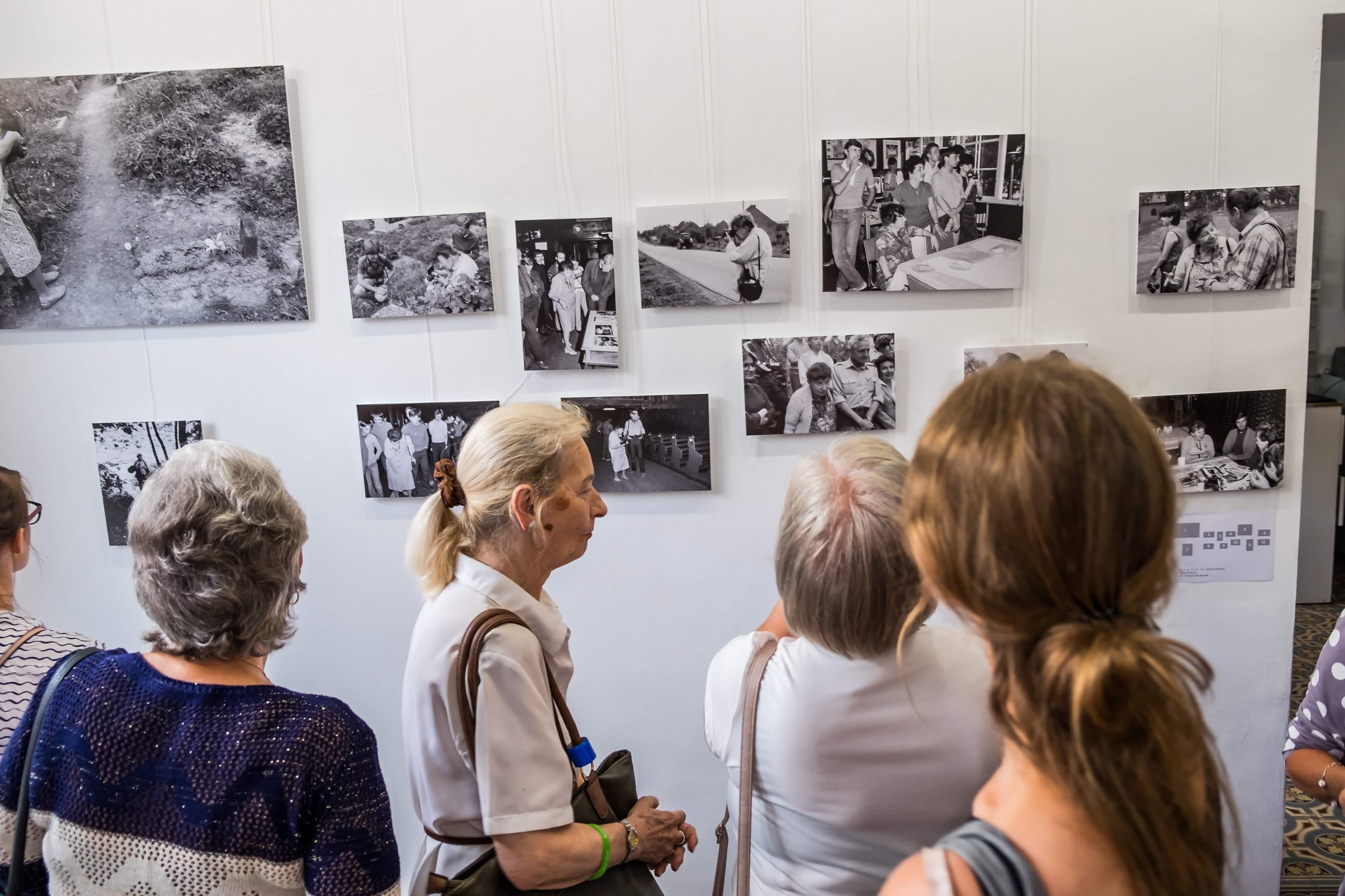 mieszkańcy zwiedzają galerię
