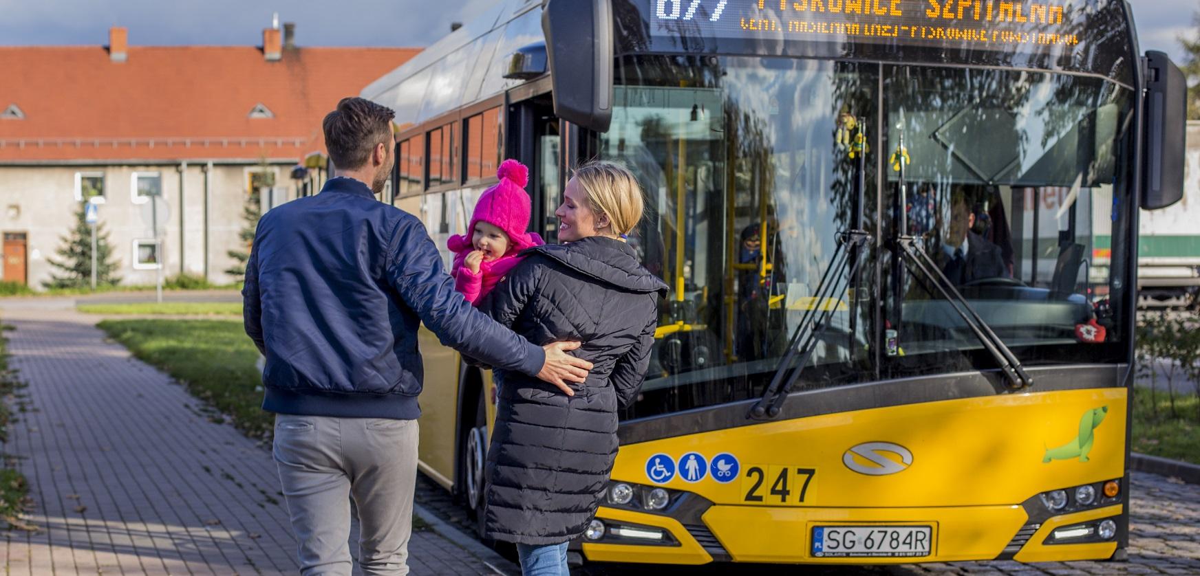 para z dzieckiem przy autobusie