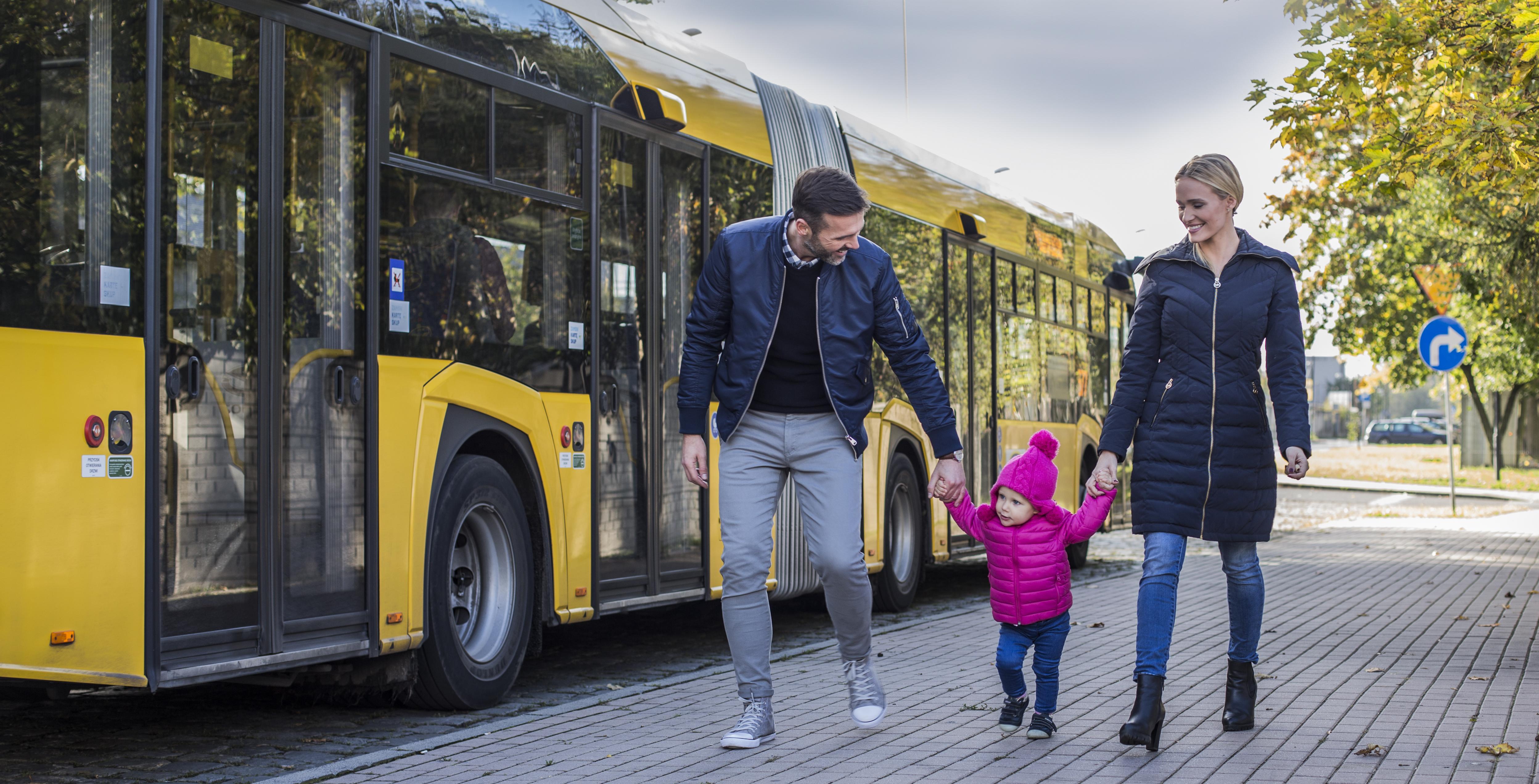 ludzie przed autobusem