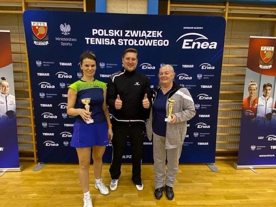 Aneta Grodzicka prezentuje trofeum