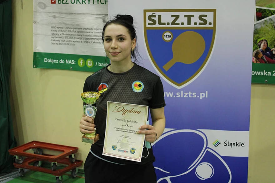 Dominika Gilewska z pucharem i dyplomem