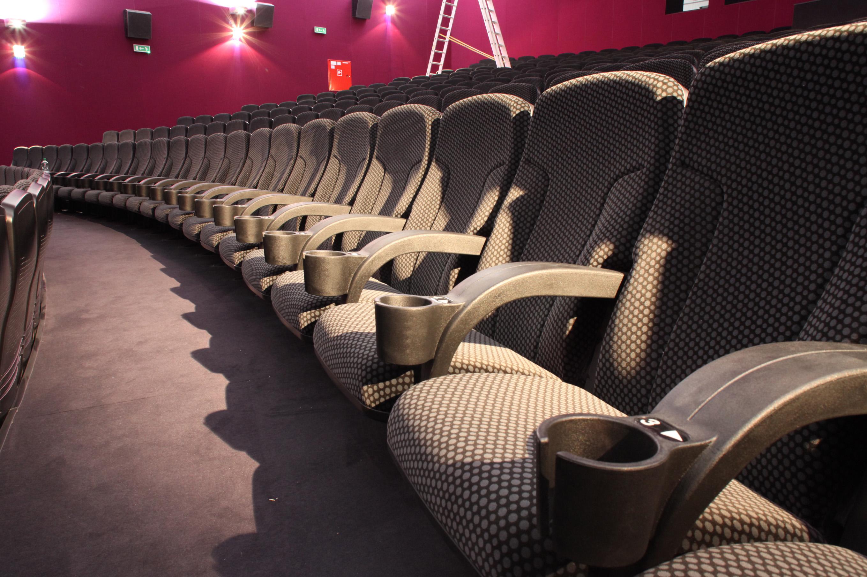 puste fotele kinowe