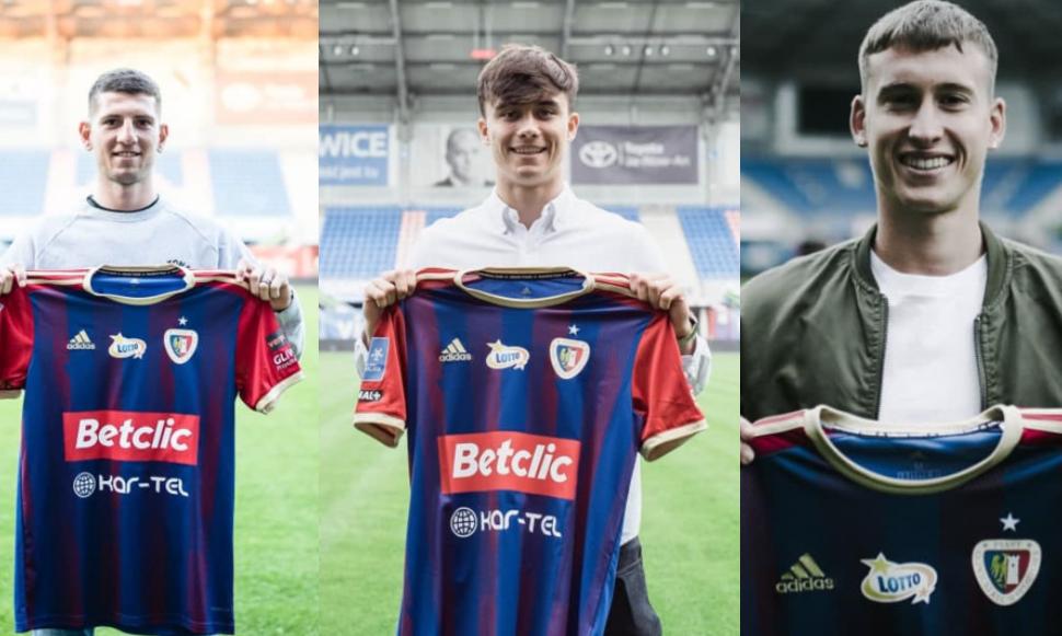 Trzech piłkarzy prezezntujących koszulki