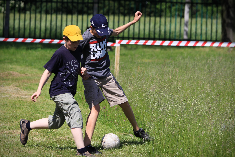 dzieci grają w piłkę nozną
