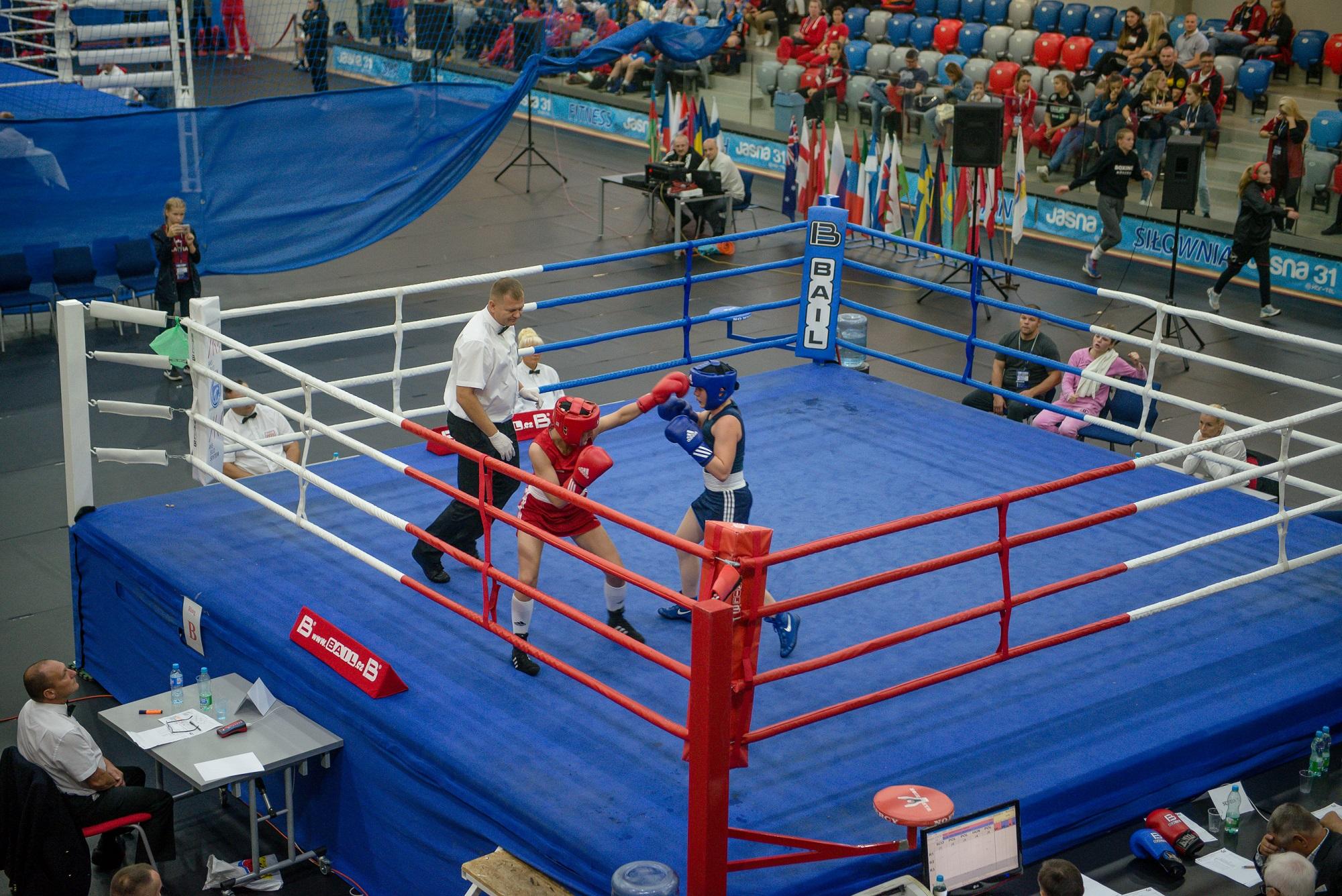 ring bokserski z pięściarką i sędzią