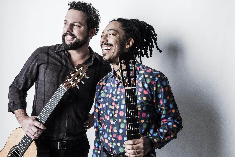 dwóch mężczyzn z gitarami