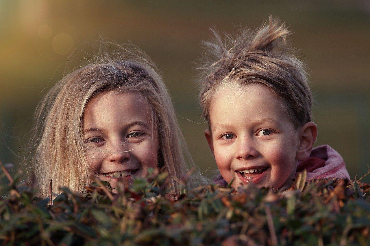 dwoje dzieci w trawie