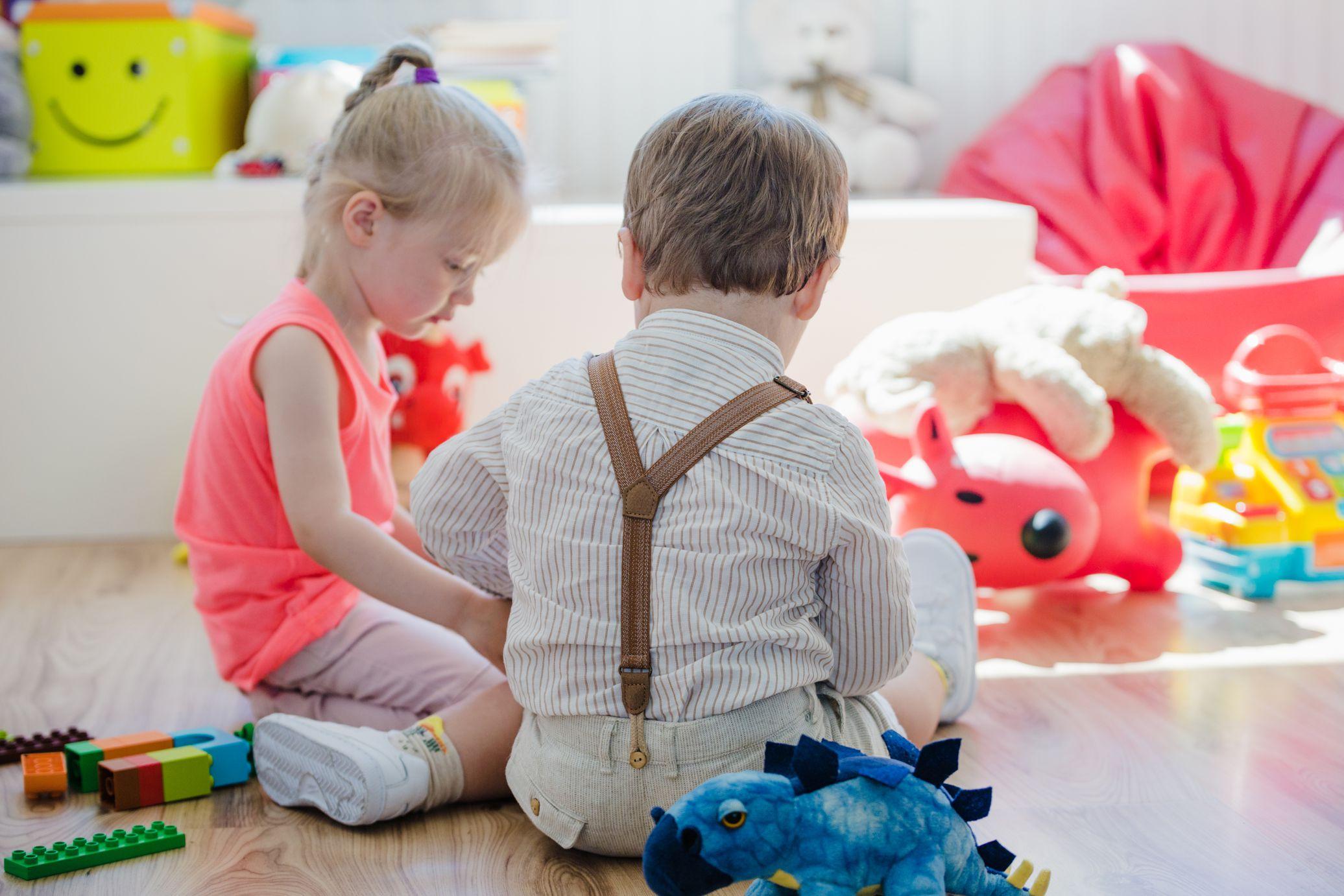 dzieci bawią się na podłodze