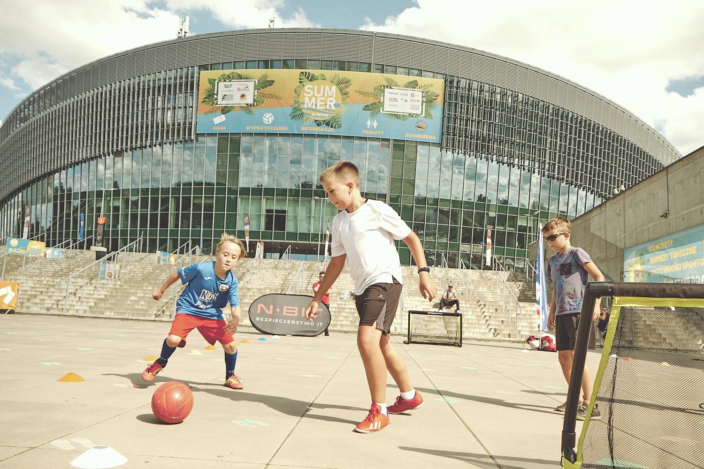 dzieci grające wstreetballa