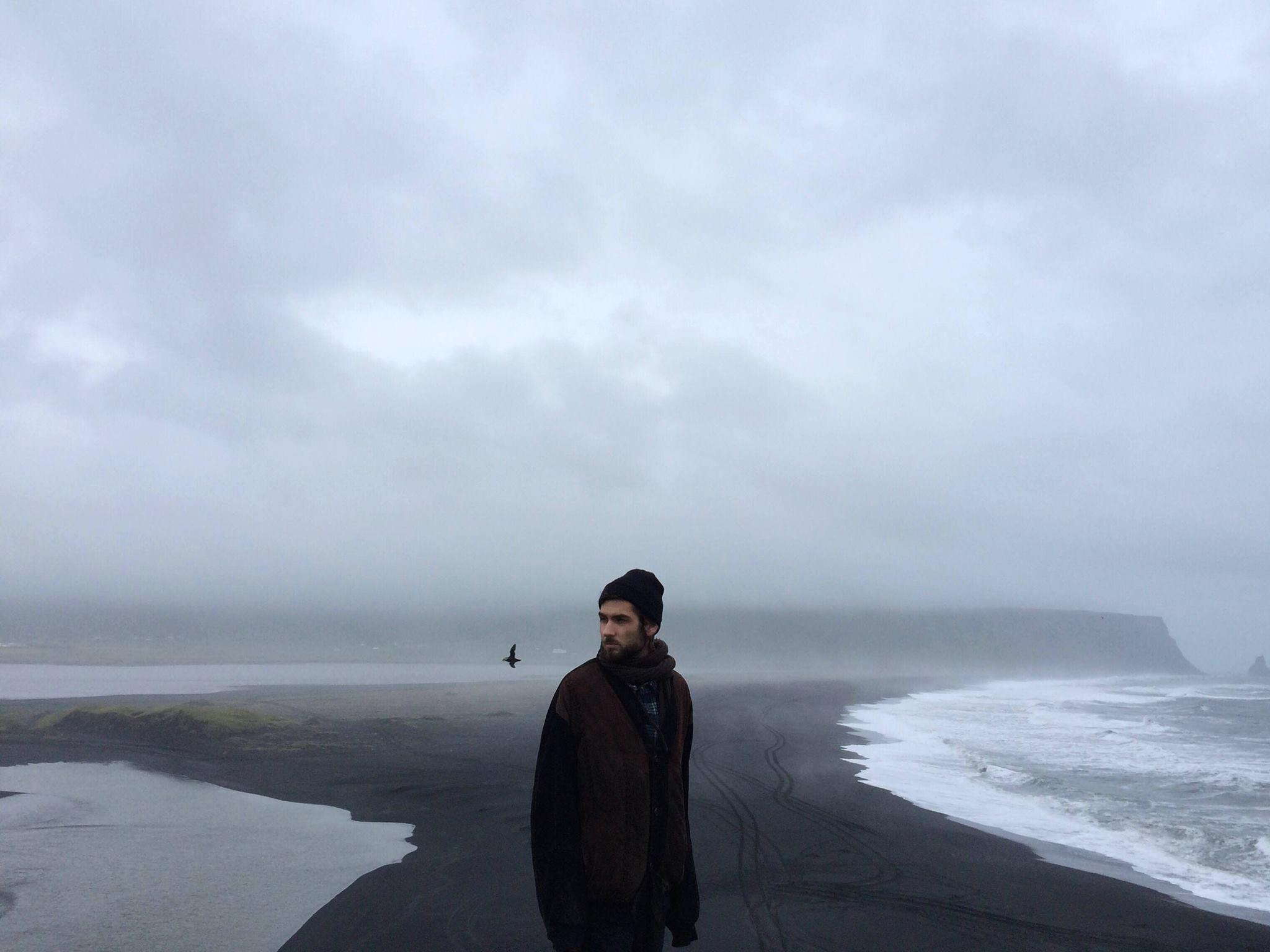 mężczyzna nad brzegiem morza