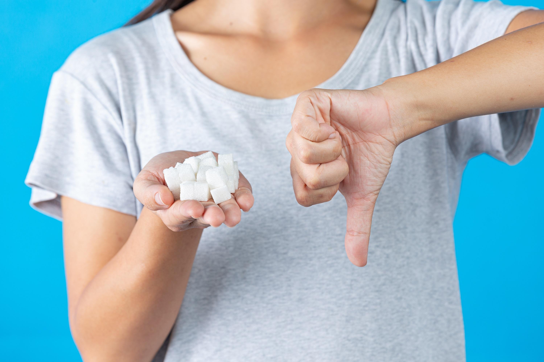 cukier jest do kitu sugeruje ręka dziewczynki chorującej na cukrzycę