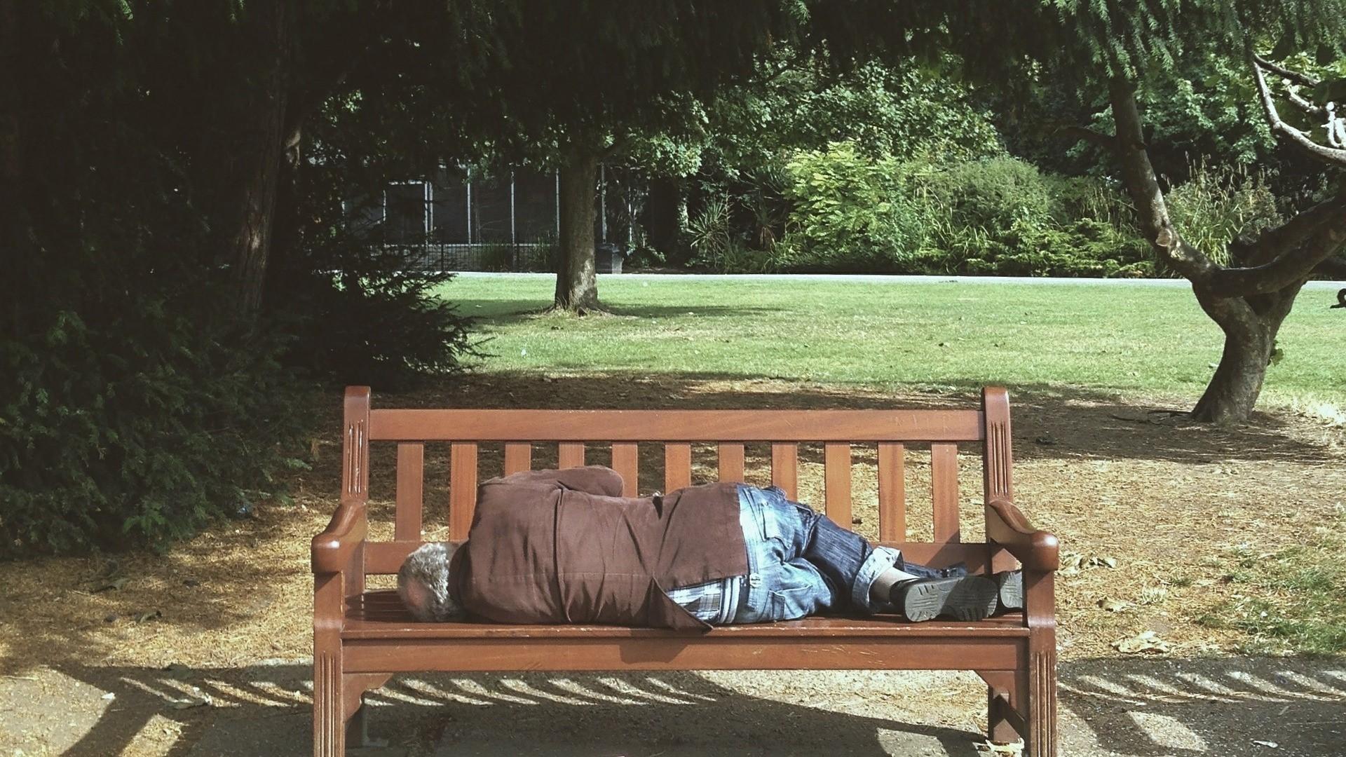 bezdomny w parku