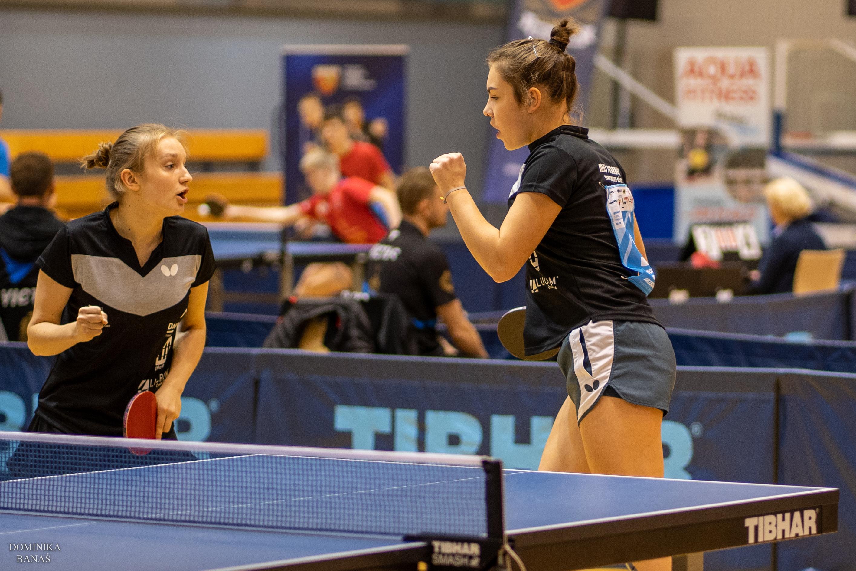dziewczyny graja w ping ponga