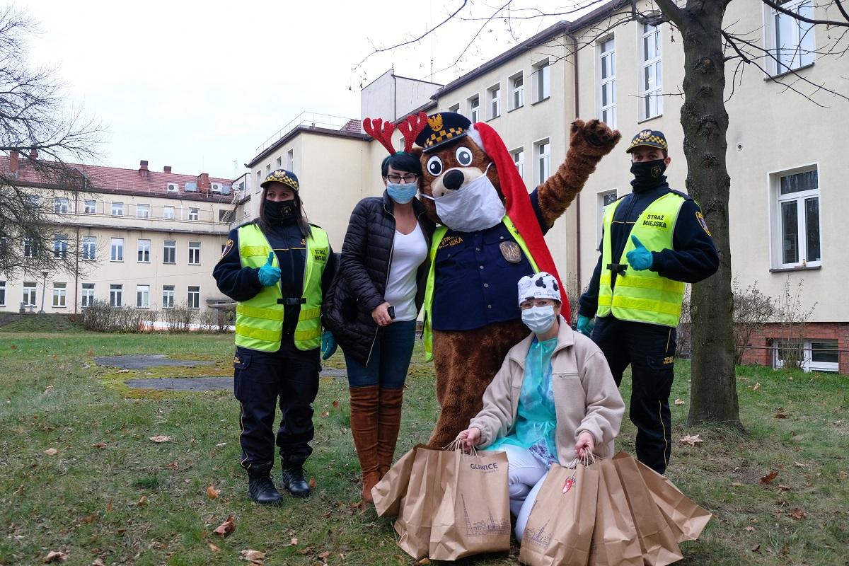 Strażnicy z maskotką przed szpitalem