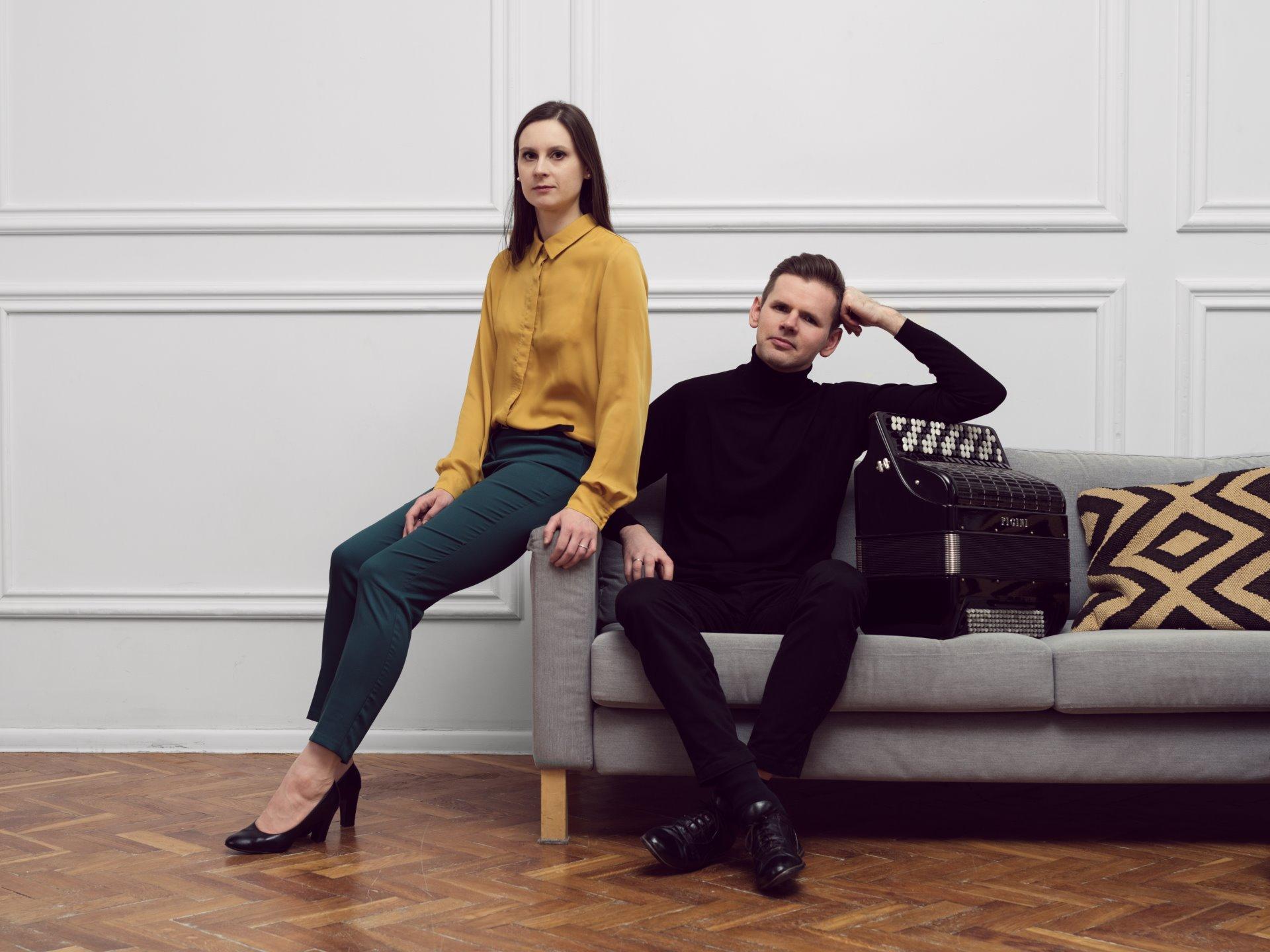 kobieta i mężczyzna na kanapie, akordeon