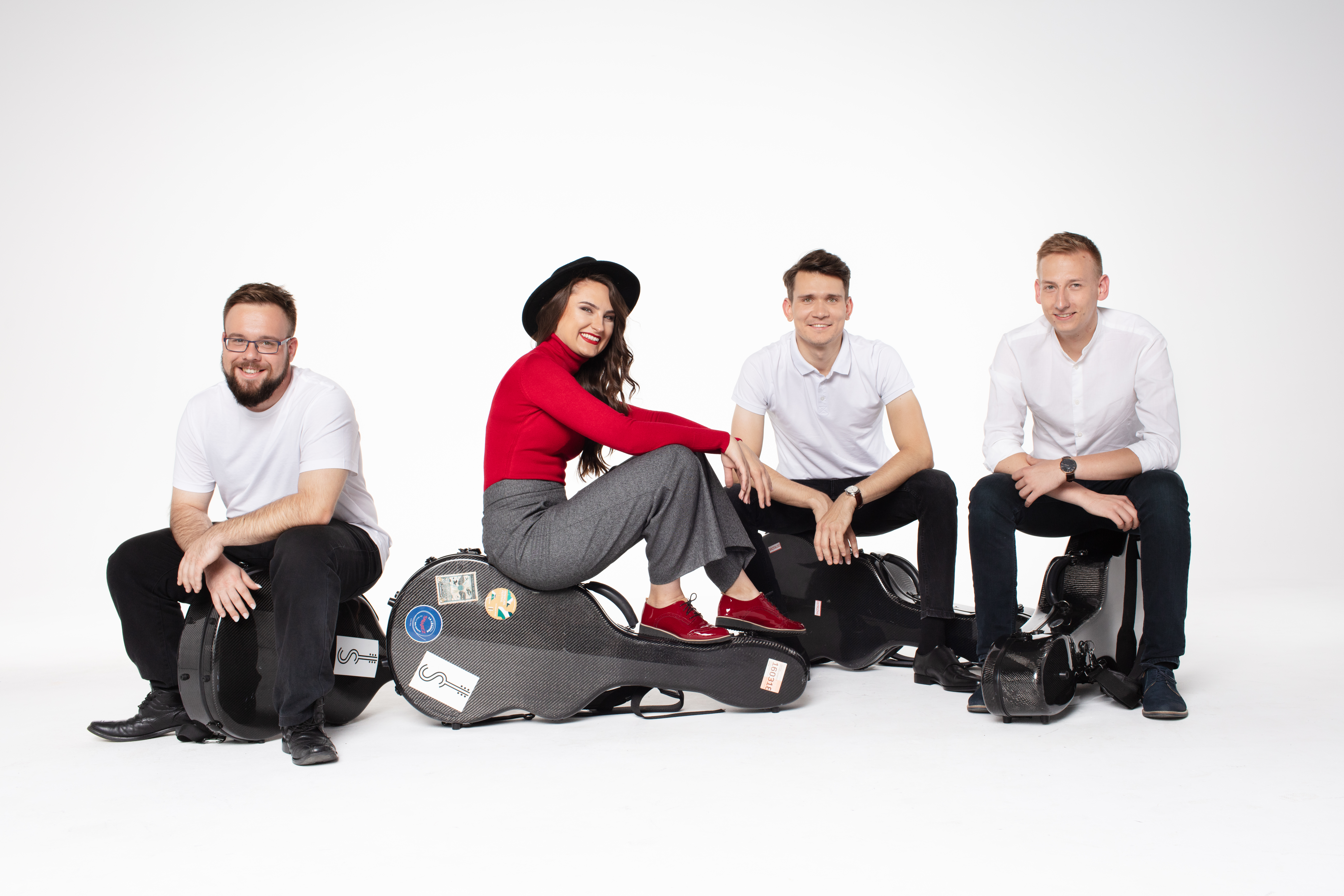 kwartet gitarowy z instrumentami – trzech mężczyzn i kobieta na białym tle
