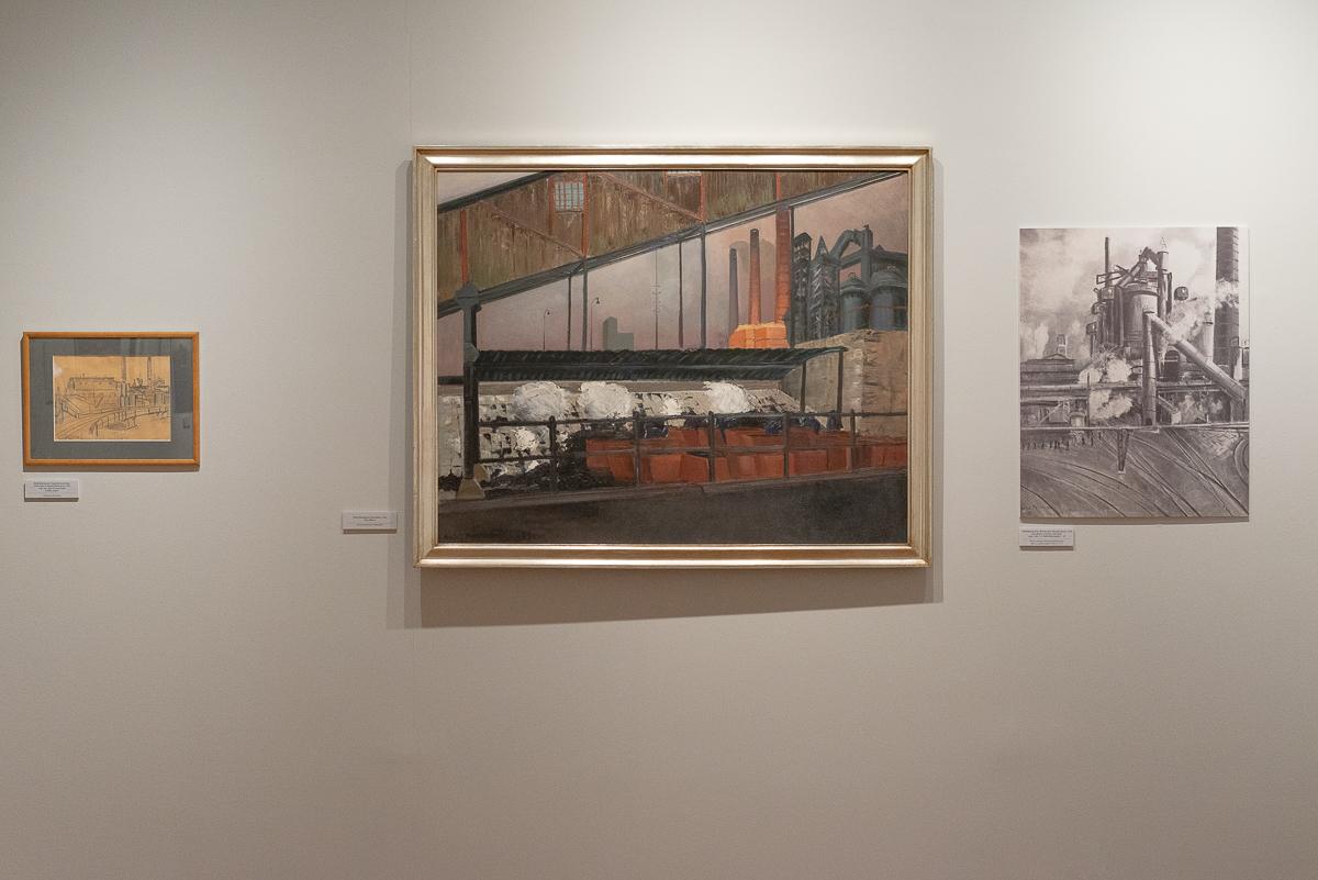 obrazy w ramach zawieszone na białej ścianie muzeum
